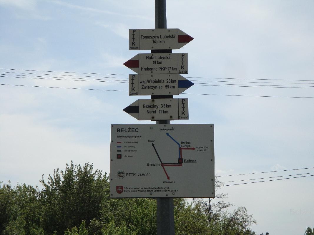 Znak na Dworcu PKP informujący o pieszych szlakach turystycznych
